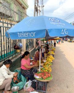 街のマンゴー・ライチ売り(ミャンマー)